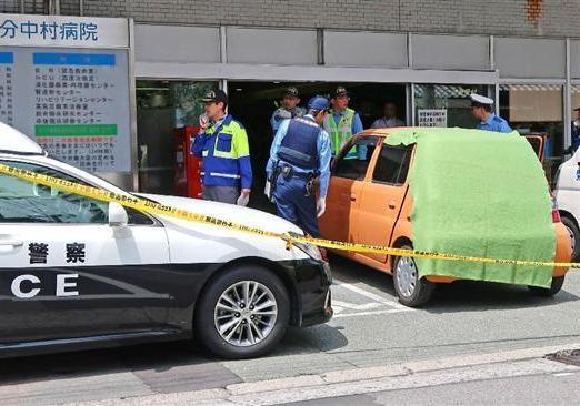 В Японии пожилая женщина на автомобиле протаранила больницу...