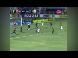 Футболист и болельщик одновременно забили гол
