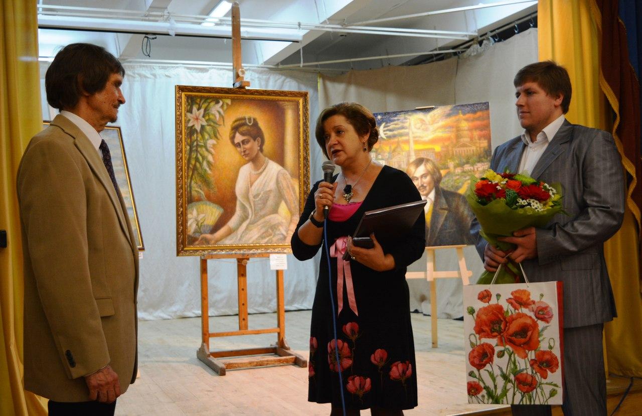 поздравляют представители управы Ивановское Е.Ю.Анохина и В.В.Литвинов