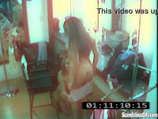 Лесбиянки на скрытую камеру - hidden camera in dressing room captured lesbian caresses xxx  real sex video