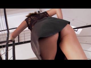 Danica Dillan в кожаной юбке