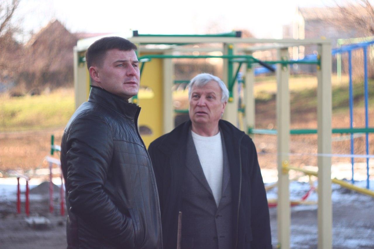 Игорь Семенчев инспектировал строительство детской площадки у 18 школы