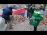 Рабочие собирают мусор в российский флаг