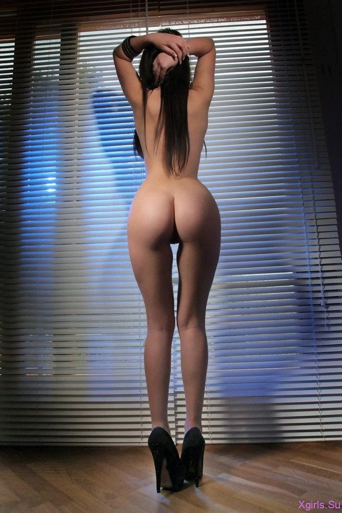 Соблазняет красивые девушки голые наклонились вид с боку стоя как