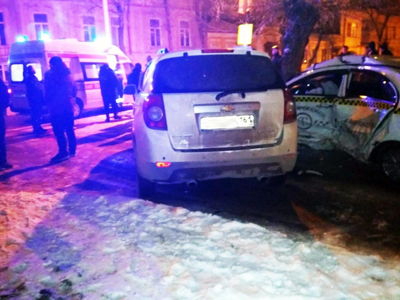 В центре Таганрога молодежь на Chevrolet Captiva «впечатала» таксиста на Geely Emgrand в дерево и столб