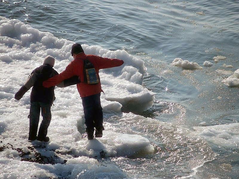 Спасатели Ростовской области предупреждают об опасности выходить на лёд
