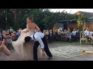 Это просто невероятно!Красивая невеста и жених вытворяют на свадьбе!Замечательный свадебный танец невесты и жениха!