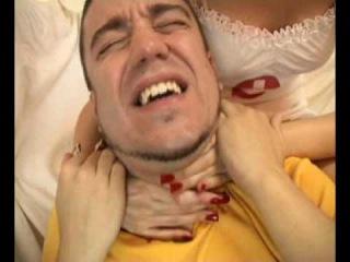 Сексуальная Анна Любенкова задушила мужика сдавив ему горло