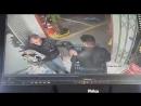 O perigo de entrar de capacete em uma loja de conveniência de um posto de gasolina