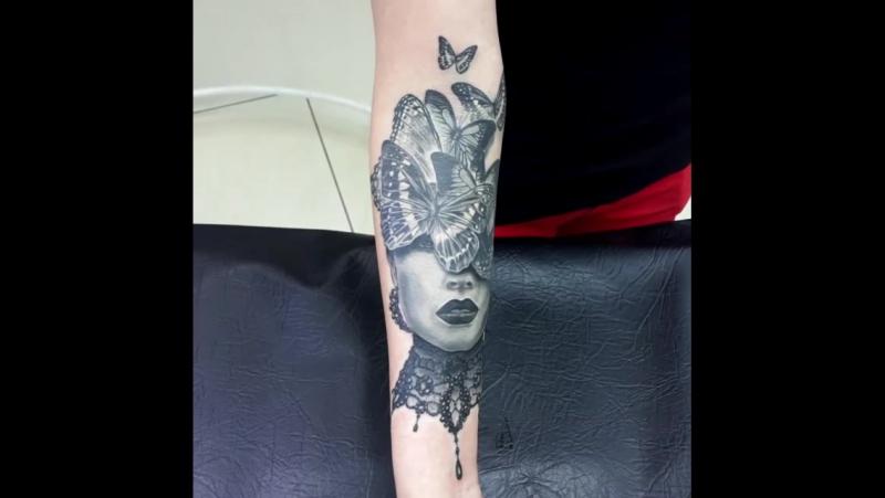 Татуировка девушка с бабочками по индивидуальному эскизу, сделана на предплечье. Тату-салон you-key, мастер Юрий Куйдунен, Екб,