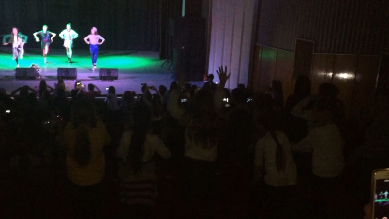 Девчули зажгли на концерте