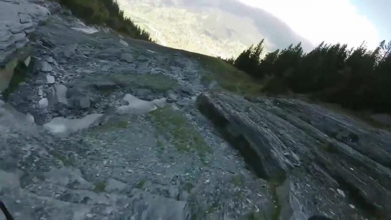 Экстремала спидфлаинер спускается с горы