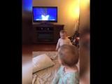 Близнецы разыгрывают сценки из мультфильма Холодное сердце