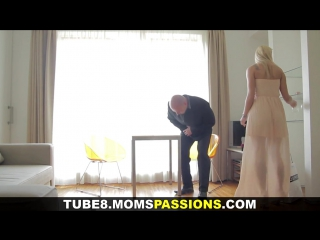 Красивый секс: мужик помог замужней даме донести всякие вещи, в благодарность она отдалась ему  полностью. и со страстью.