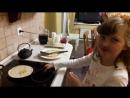 Alena fait sauter les crepes
