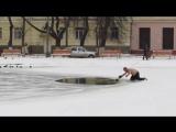 Обычный русский мужик в трениках спас собаку из проруби.