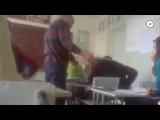 Драки школьников с учителями Учетель бьет школьника