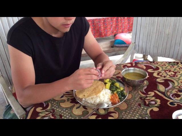 Непал 2016 треккинг в Гималаях, Госайкунда: обед в Чиплинге, едим далбат