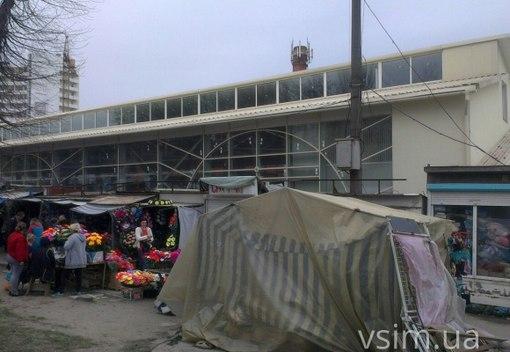 Відкритий лише один із входів у критий ринок. На «оглядини» уже заходять  місцеві жителі e6141f583d8cc
