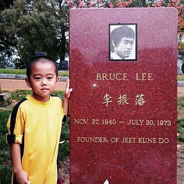 Отдаёт дань уважения Брюсу Ли