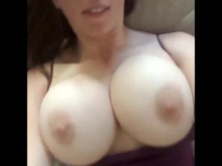 Сисястая дами показывает свои прелести большая грудь сиськи