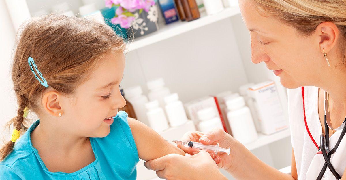 девочке делают прививку
