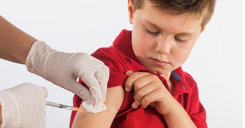 мальчику делают прививку