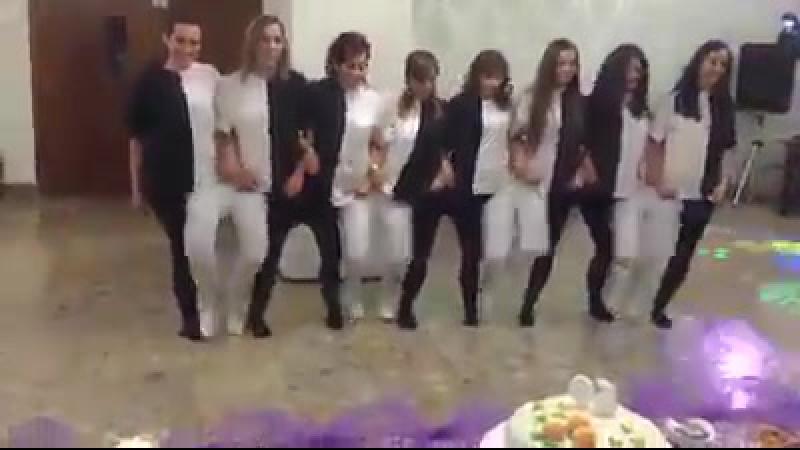 танец белых и черных лебедей😂