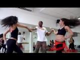 Бразильский Zouk. Очень шикарный и необычный танец парня с двумя девушками. Красивая музыка, красивые ребята.