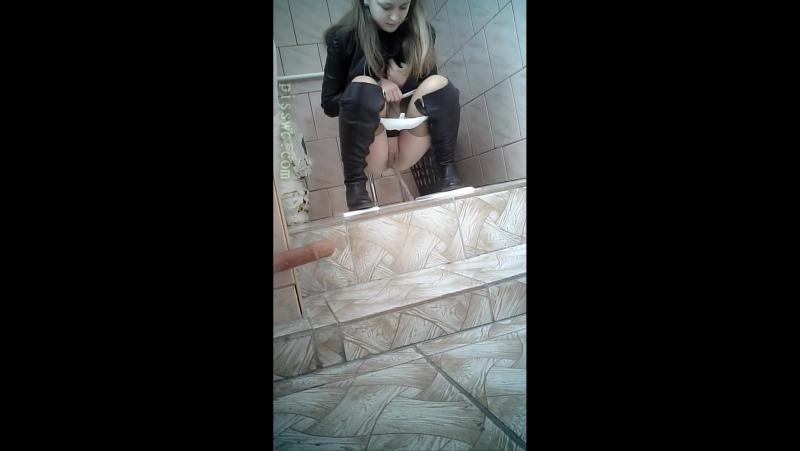 Малолетки писают и какают, скрытая камера в туалете школы