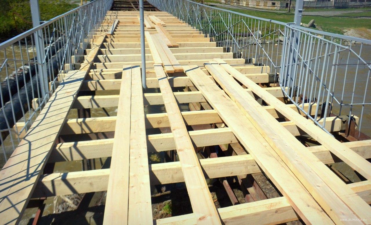 В Зеленчукской полным ходом идет ремонт «старого» моста