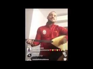 Уэсли Снейдер постигает азы турецкой музыки