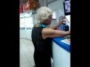 Угарная бабулька расплачивается за приобретенный холодильник в магазинеРжака