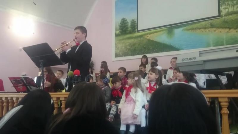 Діти Недільної школи,прославляють Бога.