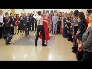 Танцють вихованці БДТ