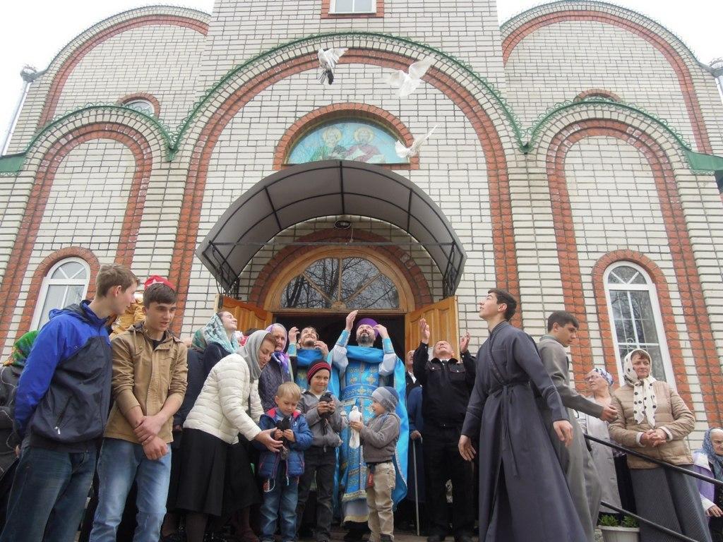 В Петропавловском храме станицы Зеленчукской выпустили в небо голубей