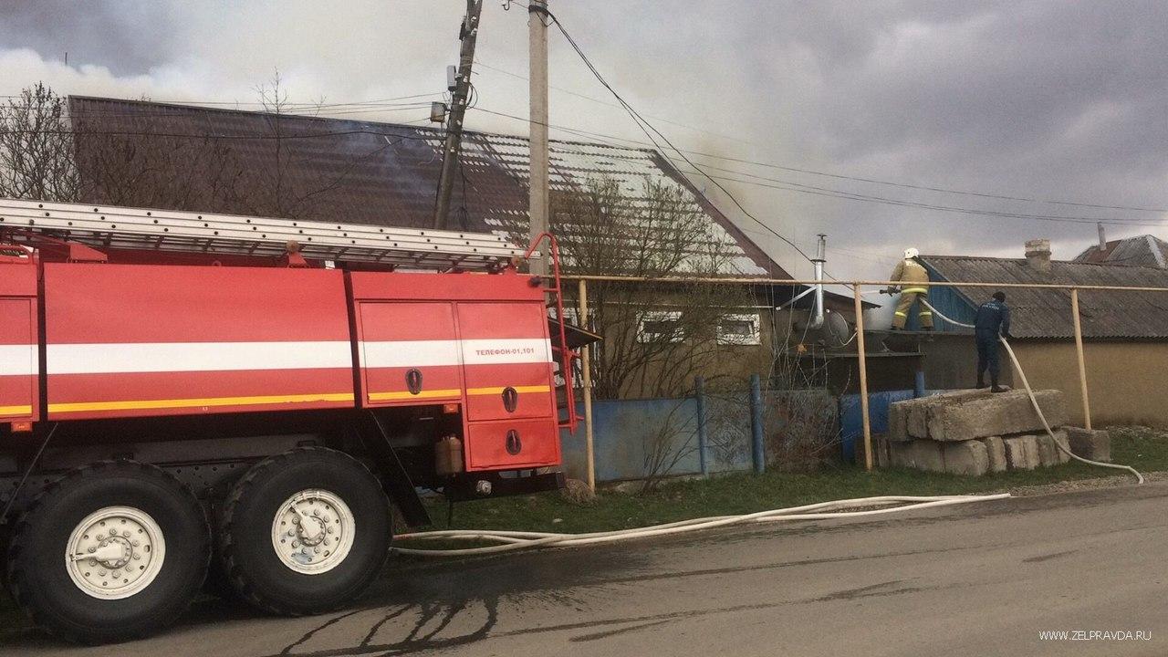 В станице Зеленчукской на улице Зеленчукской сгорел дом