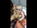 Кира кушает лимончик)