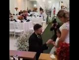 Жених встал на колено перед дочкой невесты и спросил:
