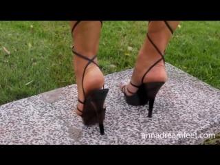 Шикарные ножки очаровательной девушки!Потрясающий педикюр и прекрасные босоножки!Это просто супер!
