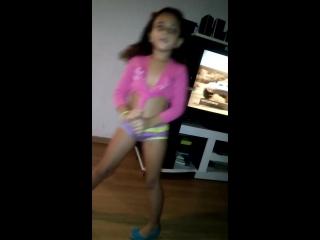 Manuela dancando ai papi