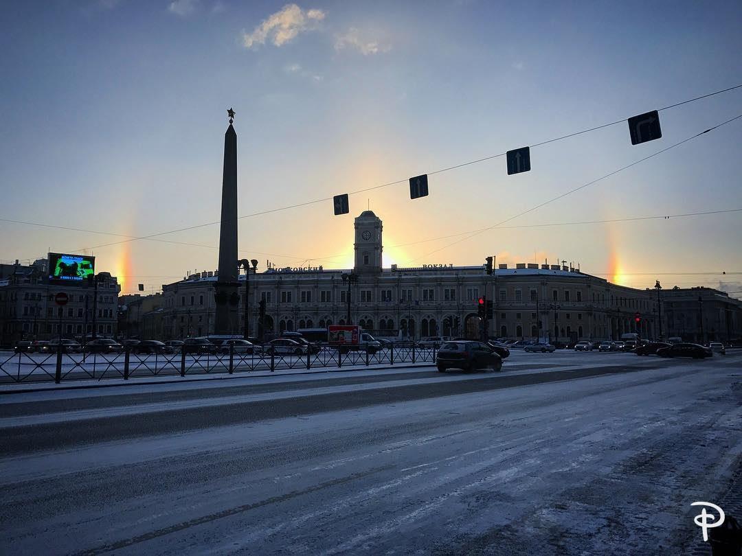 В небе над городом появилось гало. Чаще всего это явление наблюдается в морозную погоду в условиях повышенно�...