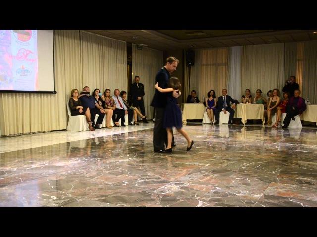 Tango bailado por padre e hija. Todo es amor