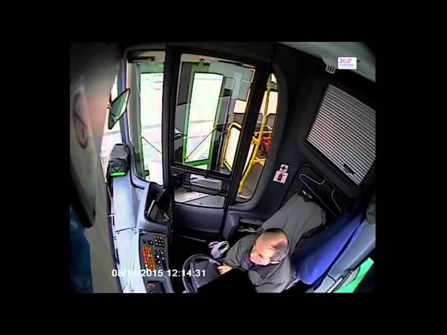 Водитель автобуса уснул за рулем.