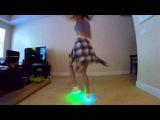 Стильные светящиеся кроссовки! Девушка танцует!