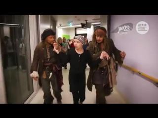 Джонни Депп навестил больных детей в образе капитана Джека Воробья