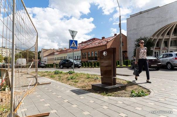 Хотели, чтобы было красиво. Указатель возле Galleria Minsk напомнил минчанам надгробный памятник
