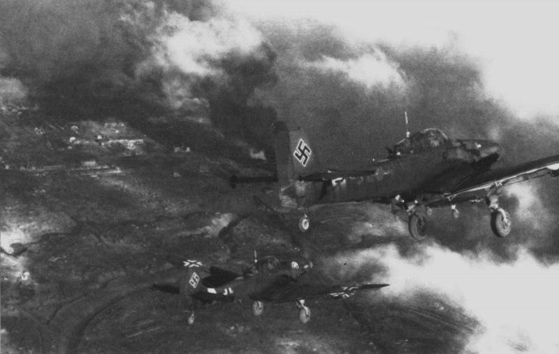 Бомбардировщики Юнкерс Ю-87 (Ju.87D-1) 2-й группы 2-й эскадры пикирующих бомбардировщиков люфтваффе (II.StG2) в полете на Восточном фронте.