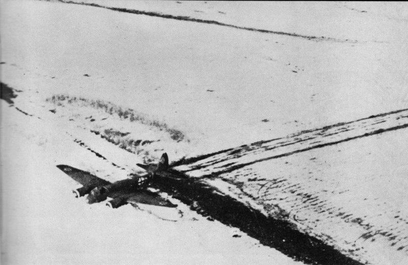Сбитый и совершивший вынужденную посадку в поле немецкий бомбардировщик Юнкерс Ю-88A лейтенанта Герушке (Geruschke) из штабного звена 1-й группы 51-й бомбардировочной эскадры (Stab I./KG51).