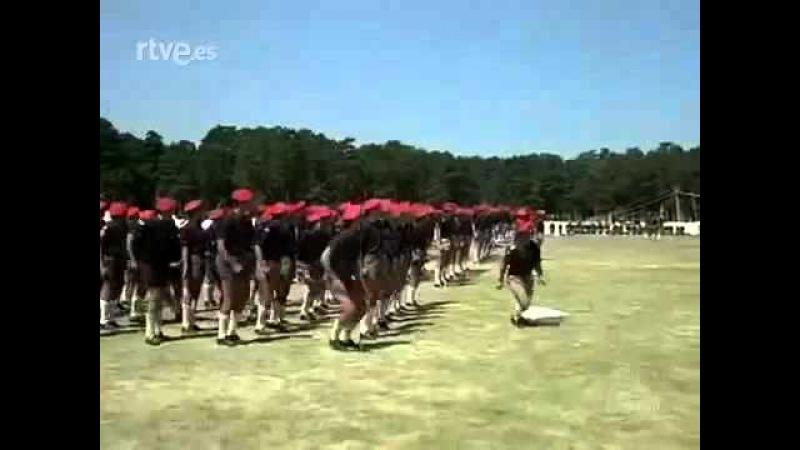 Rey Juan Carlos I levantando la bandera de Falange Española y cantando el Cara al Sol en Campamento